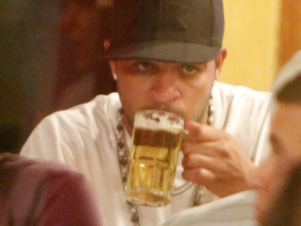 Jogador Adriano bebe um chope em restaurante no Rio de Janeiro (7/2/2011)