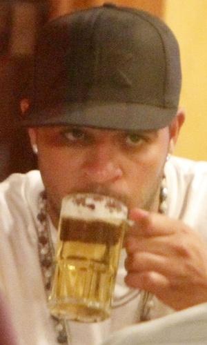 Jogador Adriano bebe um chope em restaurante no Rio de Janeiro (7/2/2011)