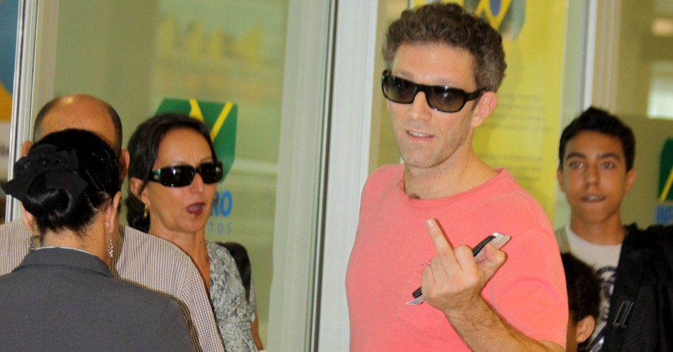 O ator Vincent Cassel mostra o dedo do meio para fotógrafo no aeroporto Santos Dumont, no Rio de Janeiro (12/2/2011)