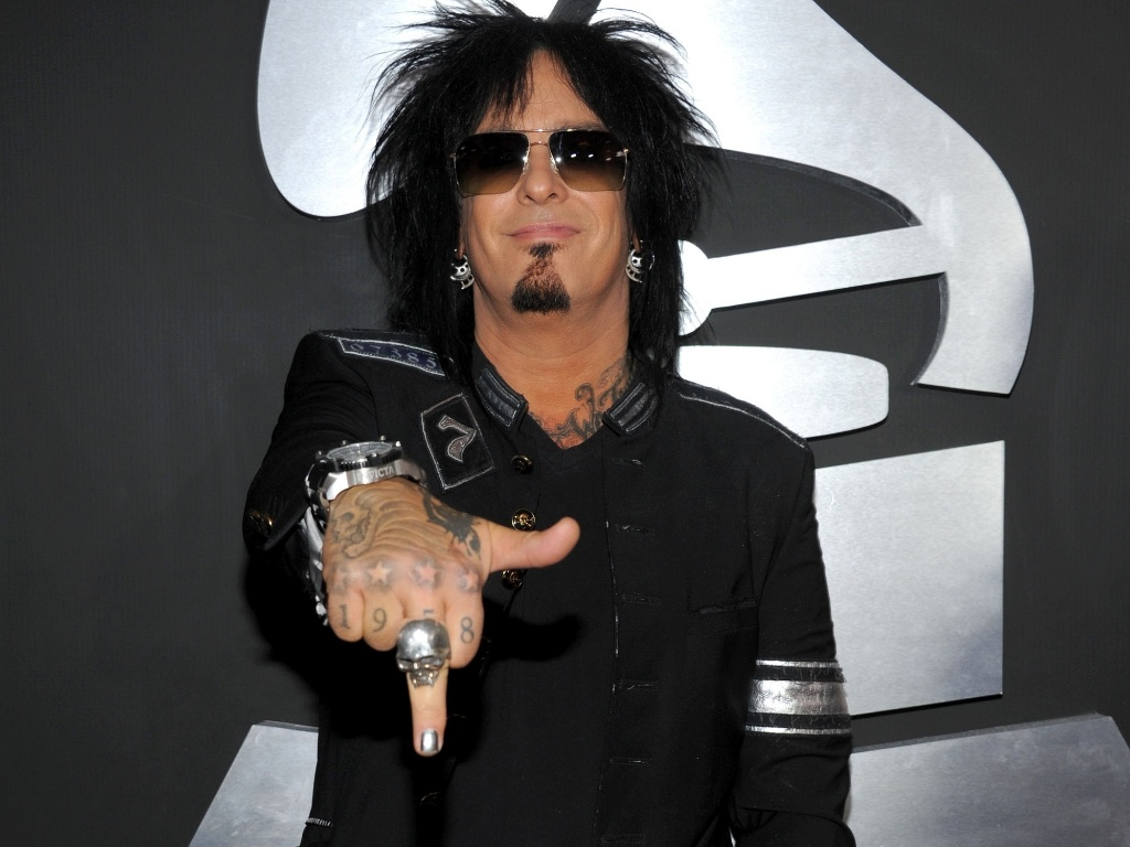 O msico Nikki Sixx, do Mtley Cre, sorri e mostra o dedo mdio com esmalte prateado no tapete vermelho do Grammy 2011, em Los Angeles (13/2/2011) 