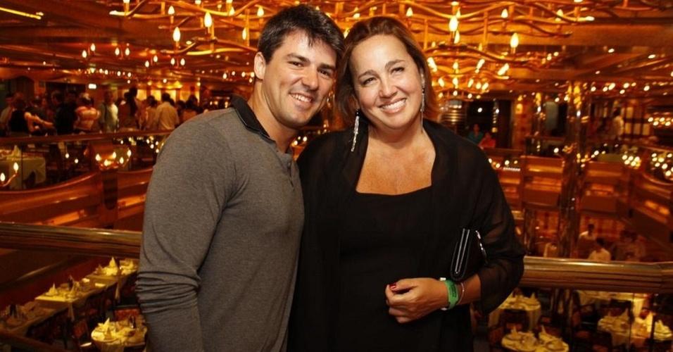 Leonardo Moça e Claudia Jimenez no restaurante do navio Costa Serena (14/2/11)