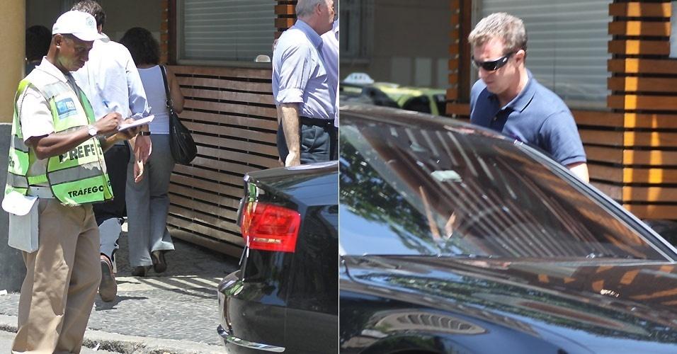 O apresentador Luciano Huck recebe uma multa por parar o carro em frente a um restaurante japonês no Leblon, Rio de Janeiro (14/2/2011)