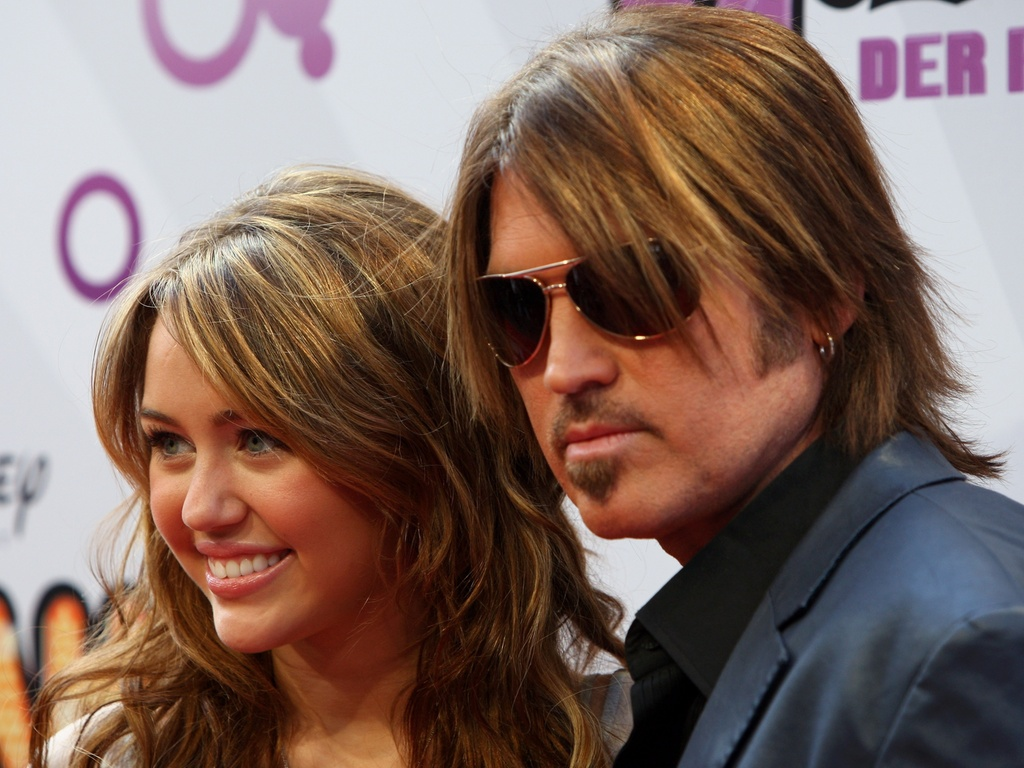Miley Cyrus e o pai Billy Ray Cyrus na première de