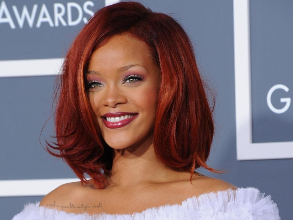 A cantora Rihanna no tapete vermelho do Grammy, em Los Angeles (13/2/2011)