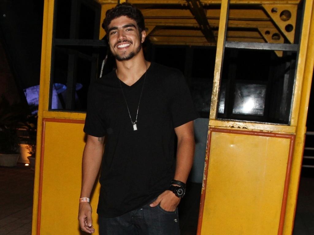 caio Castro vai à festa no Morro da urca, no Rio (19/02/2011)