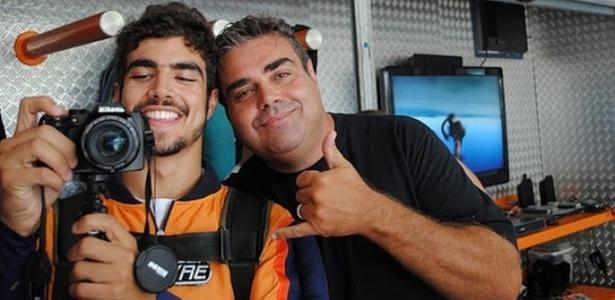 Caio Castro e amigo saltam de paraquedas (21/2/11)