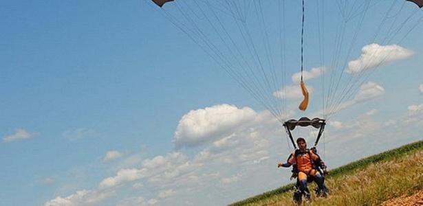 Caio Castro salta de paraquedas (21/2/11)