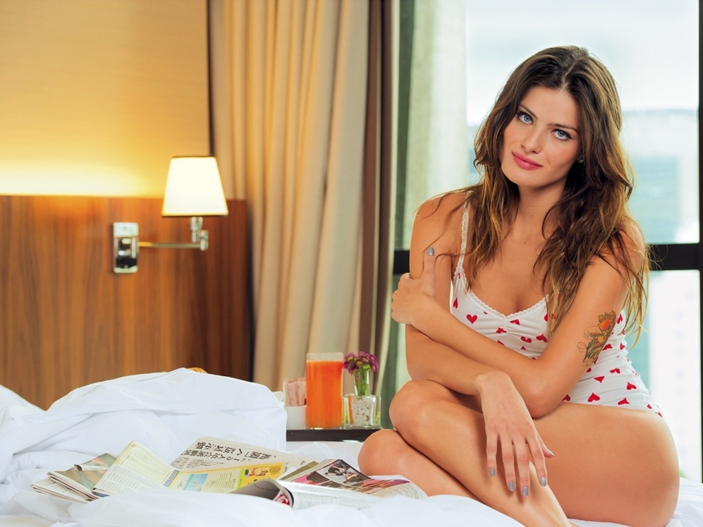 Isabeli Fontana posa para a revista