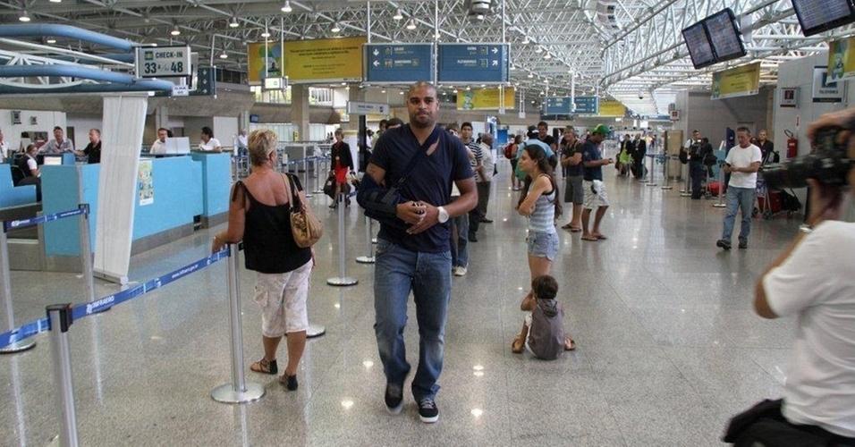 Adriano embarca para a Itália de tipoia no braço (23/2/11)