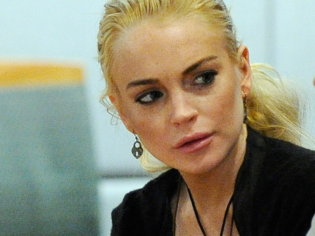 Lindsay Lohan conversa com sua advogada Shawn Holley em tribunal de Los Angeles (23/2/2011). A atriz se declarou inocente do roubo do colar de US$ 2,5 mil