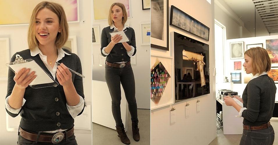 A atriz Scarlett Johansson dá um lance no leilão Cosmopolitan of Las Vegas & The Art of Elysium Pieces of Heaven Art Auction, patrocinado pela