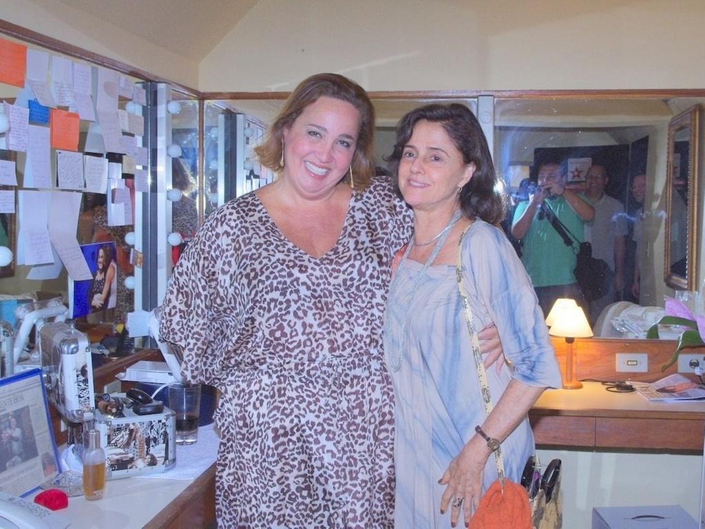 Cláudia Jimenez e Marieta Severo no camarim da peça