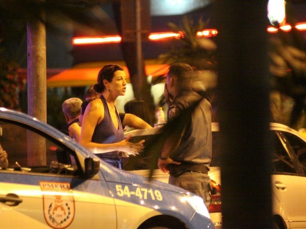 Luana Piovani conversa com policial em frente ao restaurante Diagonal, no Leblon (27/2/2011). A atriz chamou a polícia para retirar o ator Dado Dolabella da pizzaria em frente