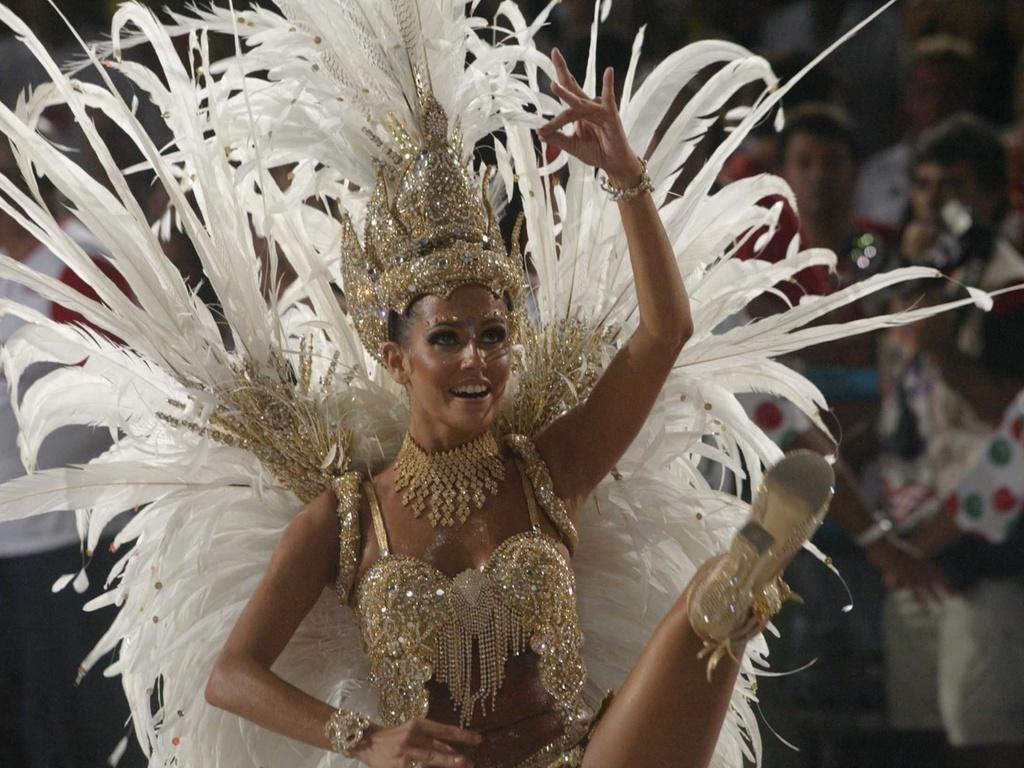 Deborah Secco durante desfile da Grande Rio, no Rio de Janeiro (23/2/2004)