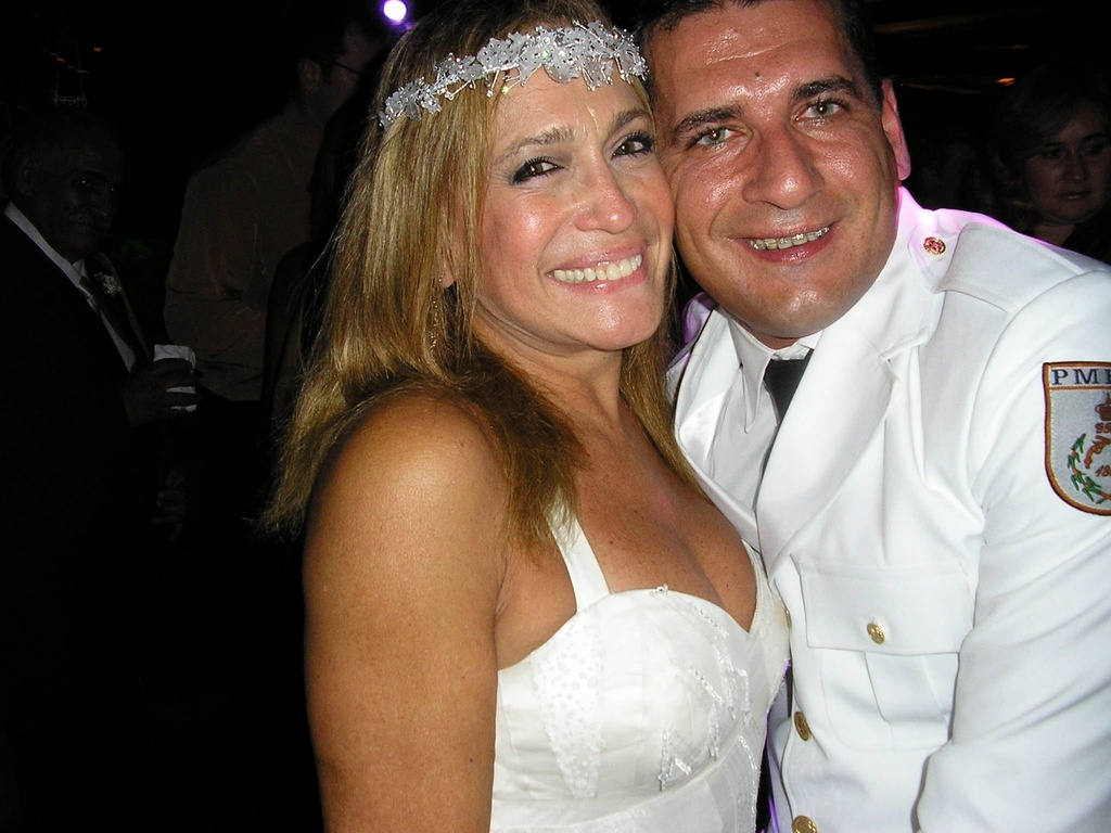 Susana Vieira e o policial militar Marcelo da Silva na festa de seu casamento, na Capela do Patronato, no Rio de Janeiro (1/10/2006)