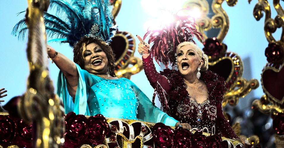 A cantora Alcione e a apresentadora Hebe Camargo desfilam em carro alegórico da escola de samba Beija-Flor, no Carnaval de 2011, na madrugada de terça-feira, dia que Hebe completa 82 anos (8/3/11)