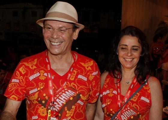 http://m.i.uol.com.br/celebridades/2011/03/10/jose-wilker-e-a-namoradaa-jornalista-claudia-montenegro-na-camarote-da-brahma-7311-1299760127831_560x400.jpg