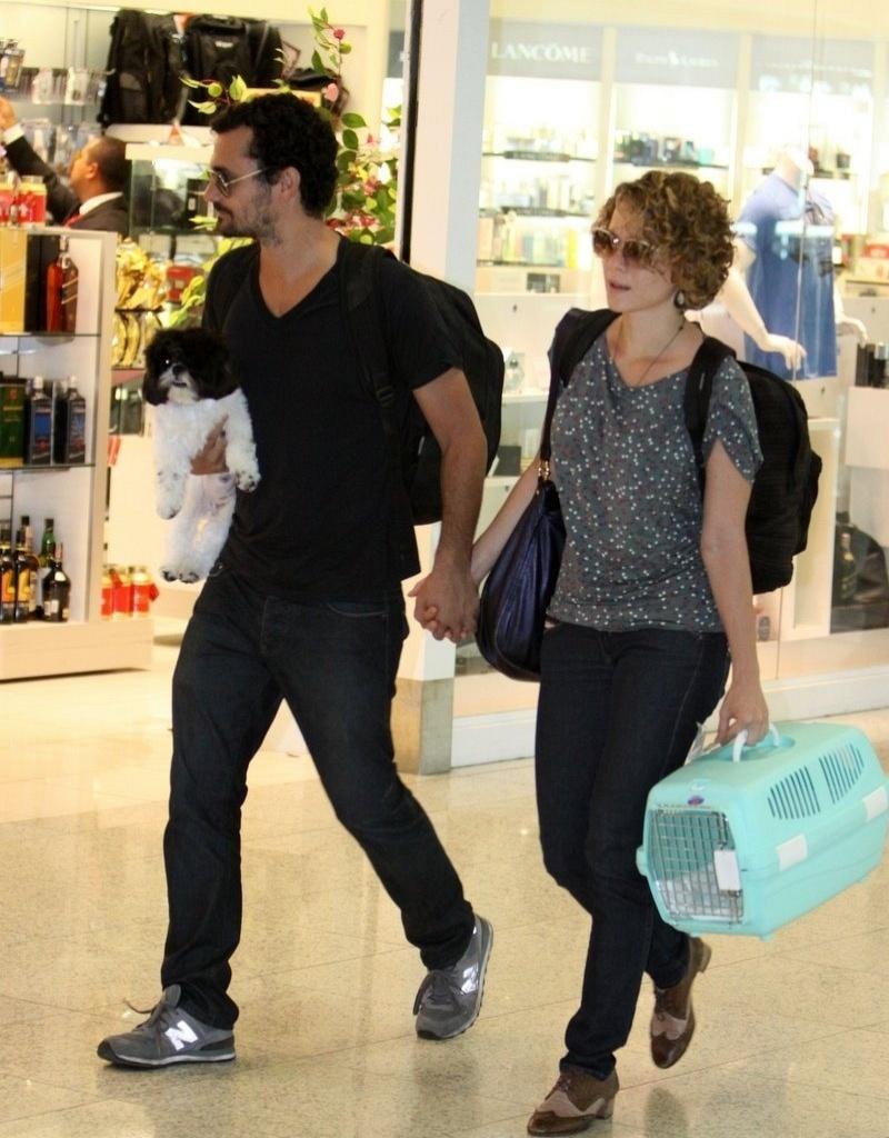 Leandra Leal passeia de mãos dadas com o namorado, Ale Youssef, e o cachorrinho (11/3/11)