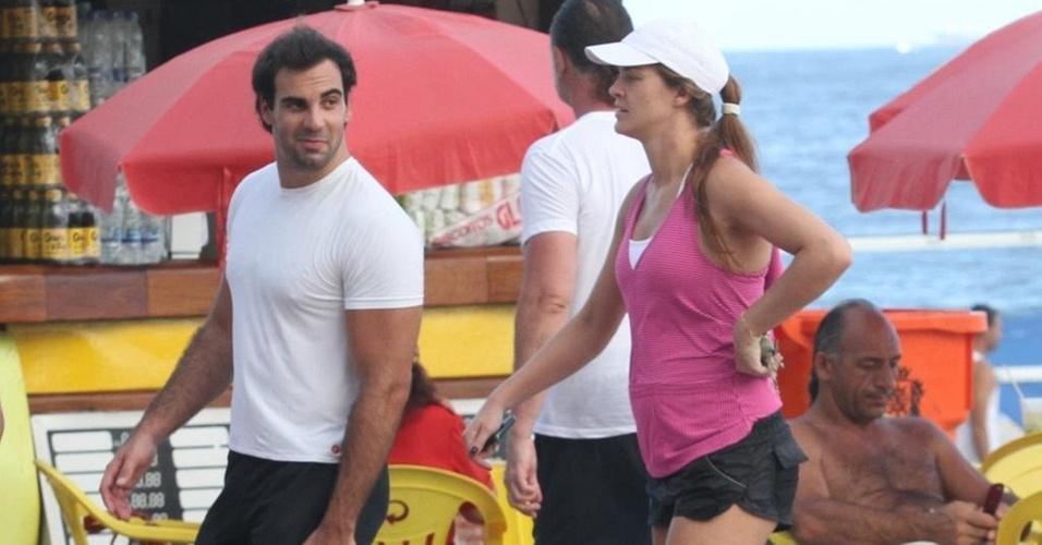 Ao lado do namorado, Alexandre Furmanovich, Letícia Birkheuer caminha na zona sul do Rio (11/3/2011)