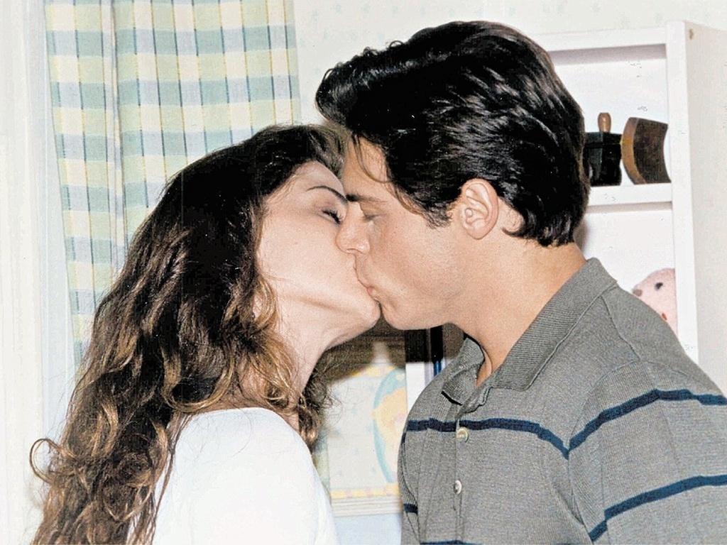 Giovanna Antonelli (Capitu) e Luigi Baricelli (Fred) se beijam em cena de