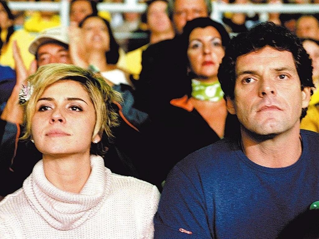 Giovanna Antonelli e Alexandre Acciolly durante o jogo da seleção brasileira contra a seleção da Argentina pelas Eliminatórias para a Copa do Mundo de 2006, no estádio do Mineirão, em Belo Horizonte (3/6/2004)