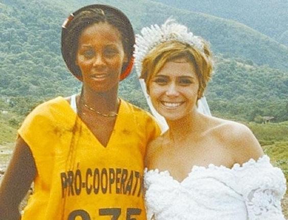 Giovanna Antonelli e catadora de lixo Cristiane de Andrade, em um lixão, em Bangu, no Rio de Janeiro. A atriz estava gravando cena da novela