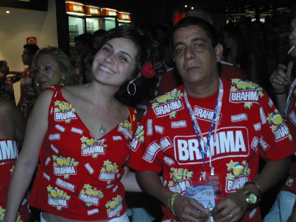 Giovanna Antonelli e Zeca Pagodinho no camarote Brahma no segundo dia de desfile das escolas de samba do Rio de Janeiro, no Sambódromo (28/2/2006)