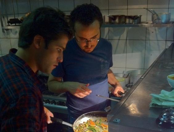 Bruno Gagliasso posta foto no Twitter cozinhando em um restaurante de São Paulo (16/3/11)