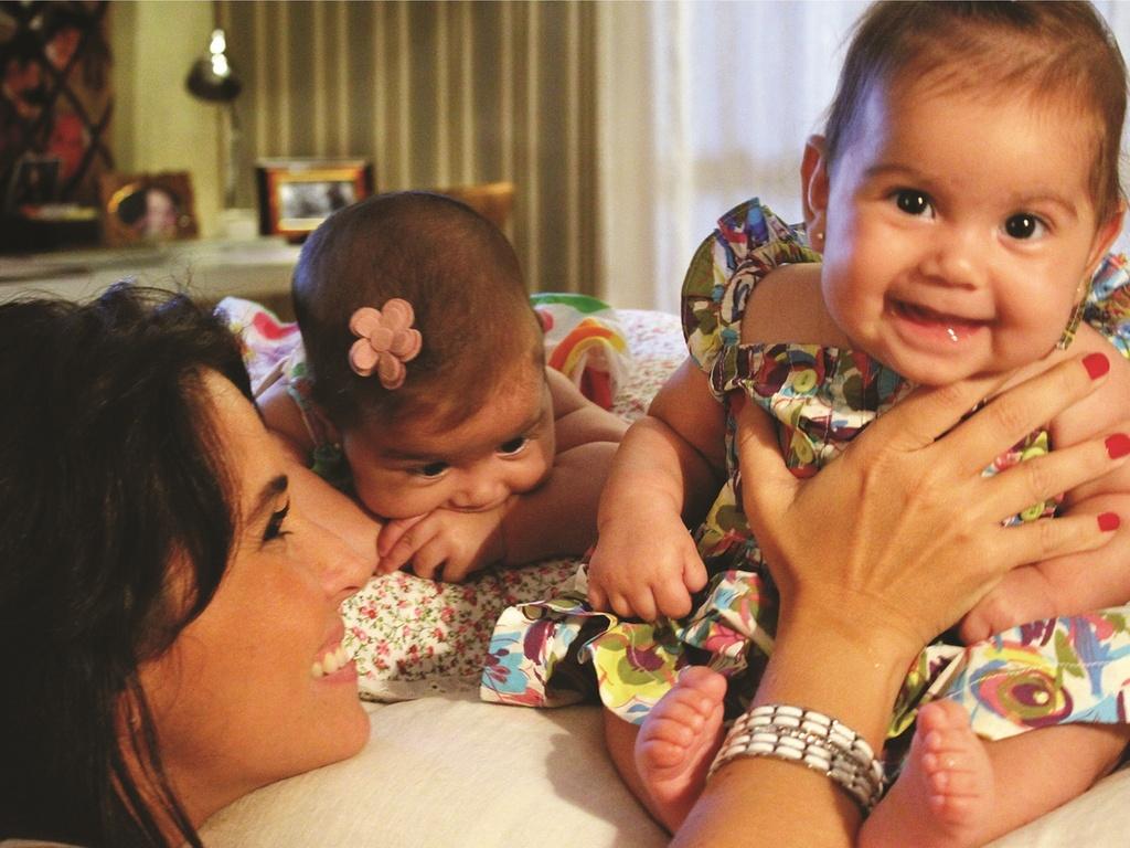Giovanna Antonelli com as gêmeas Antonia e Sofia (março/2011)