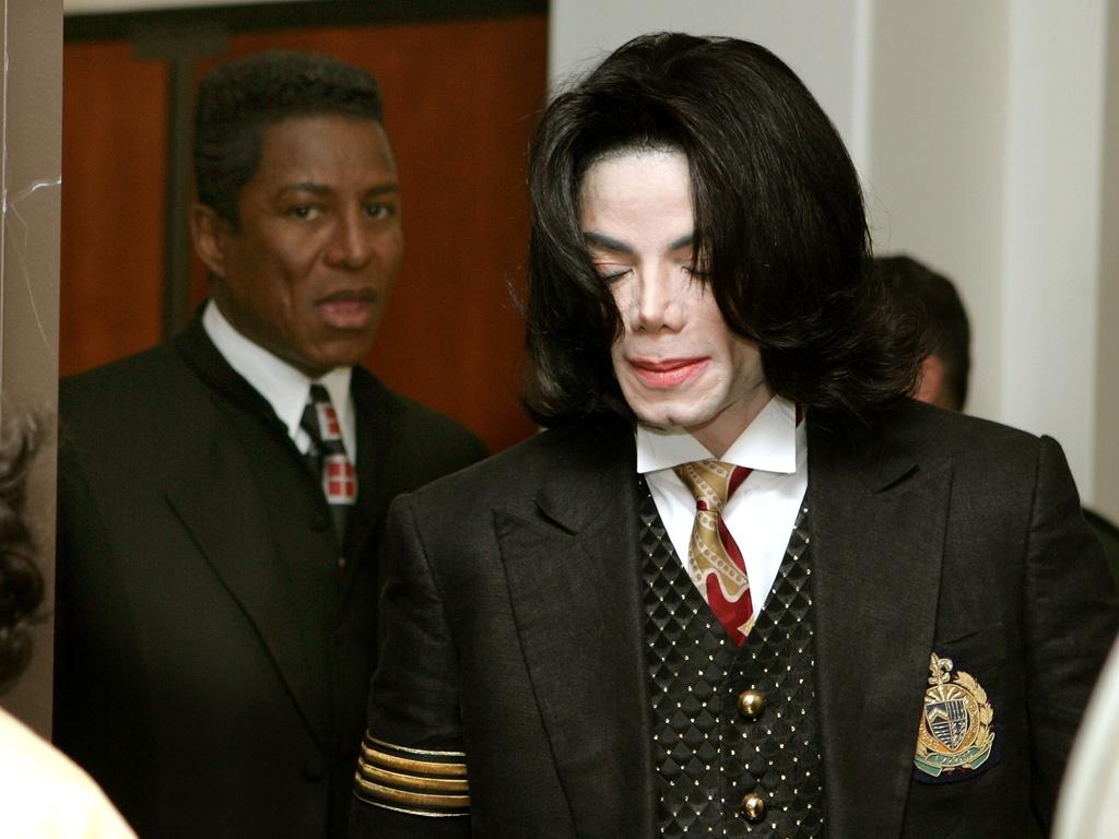Jermaine Jackson (ao fundo) e Michael Jackson no tribunal de Santa Barbara, Califórnia (9/5/2005)