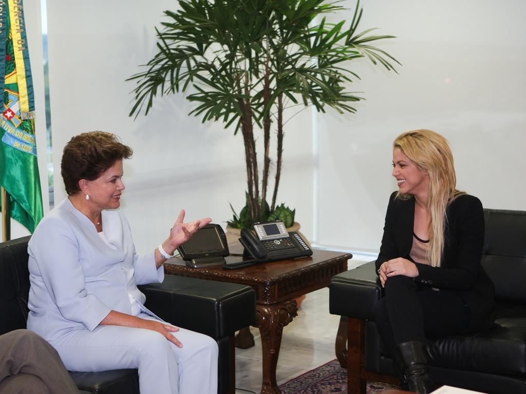 A cantora Shakira (dir.) conversa com a presidente Dilma Rousseff em Brasília (17/3/2011)