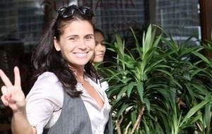 Giovanna Antonelli acena para fotógrafo ao sair de restaurante no Leblon (17/3/2011)