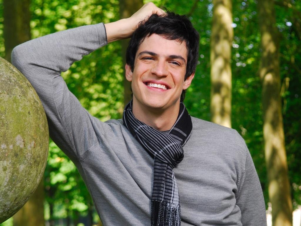 Mateus Solano como Miguel em