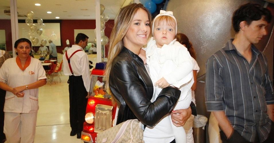 Ticiane Pinheiro leva a filha Rafaela ao aniversário do filho caçula de Emerson Fittipaldi (16/3/11)