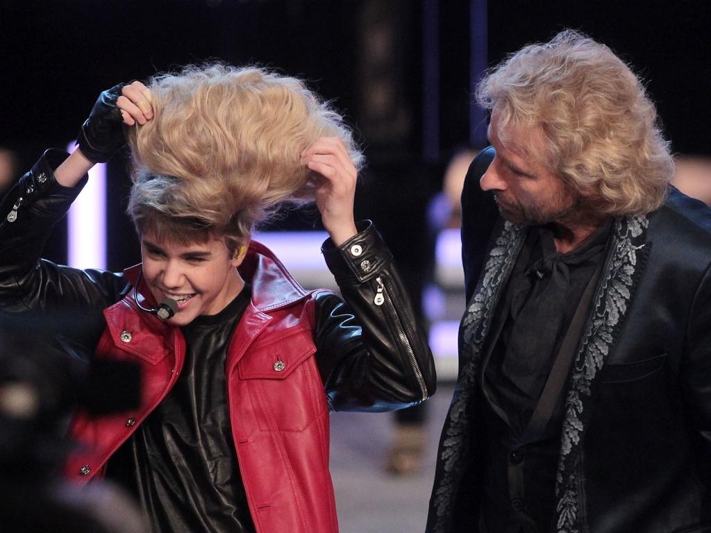 Justin Bieber coloca peruca em show de variedades da TV alemã (19/03/2011)