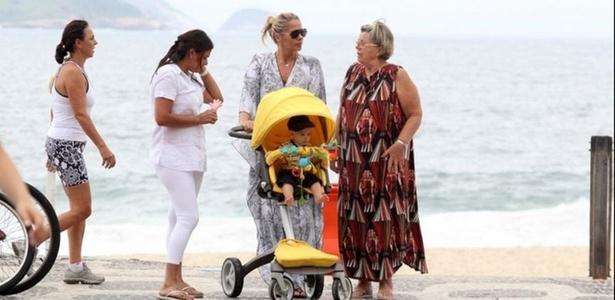 Ao lado da mãe, dona Ema, e da babá, Adriane Galisteu passeia com Vittorio na orla do Leblon (21/3/2011)