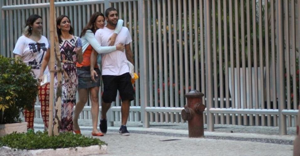 Luana Piovani e o surfista Pedro Viana caminham juntos pelas ruas do Rio (20/3/11)
