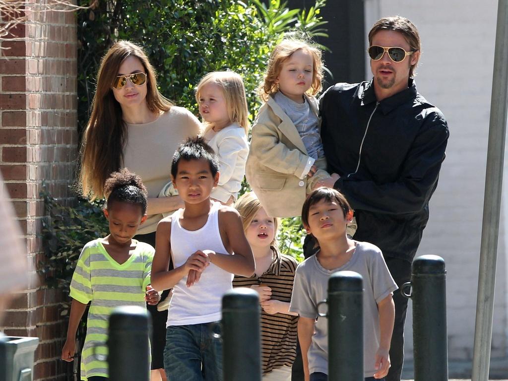 O casal Angelina Jolie e Brad Pitt passeia com os seis filhos pelas ruas de Nova Orleans (20/3/2011)