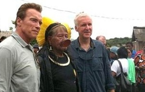Arnold Schwarzenegger (esq.) e James Cameron (dir.) e o índio Raoni (ao centro), em Manaus (24/3/2011)