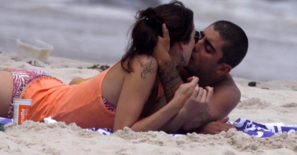 Luana Piovani e Pedro Viana beijam-se na praia do Recreio dos Bandeirantes, zona oeste do Rio (1/4/2011)