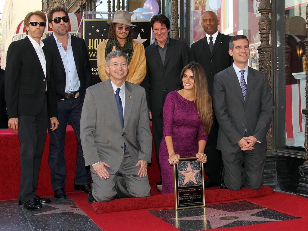 Primeira fila, da esquerda para a direita: Leron Gubler, Penélope Cruz, Gil Garcetti. Segunda fila: Jerry Bruckheimer, Javier Bardem, Johnny Depp, Rob Marshall e convidado, na homenagem a Penélope Cruz (1/4/2011)