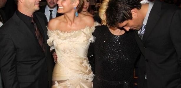 Xuxa observa Victor, enquanto Hebe fala com Leo, em leilão beneficente que aconteceu em SP (30/3/2011)