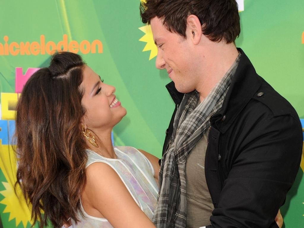 Selena Gomez cumprimenta Cory Monteith, de 