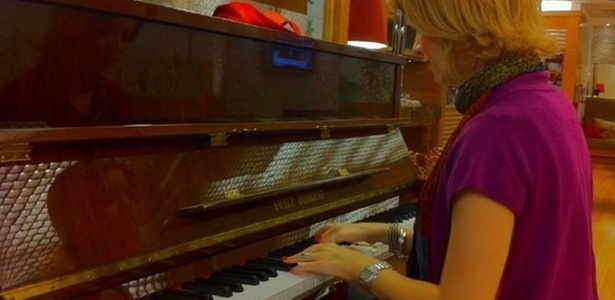 Sandy toca piano em aeroporto de SP (3/4/2011)