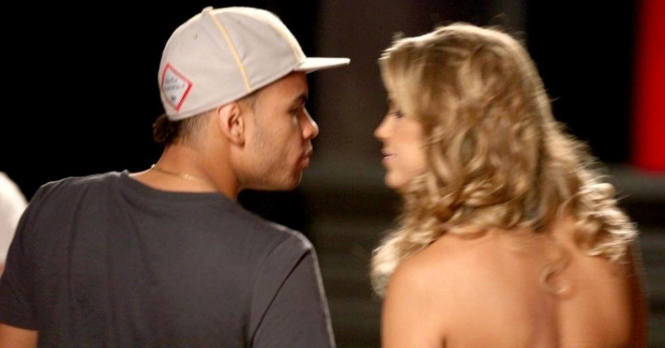 Dentinho e Mulher Samambaia deixam estúdio de fotografia em Goiânia (4/4/11)