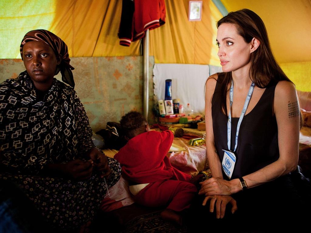 Embaixadora da boa vontade da ONU Angelina Jolie visita refugiados da Somália no Shousha Camp na fronteira da Líbia com a Tunísia, na cidade de Ras Djir (5/4/2011)