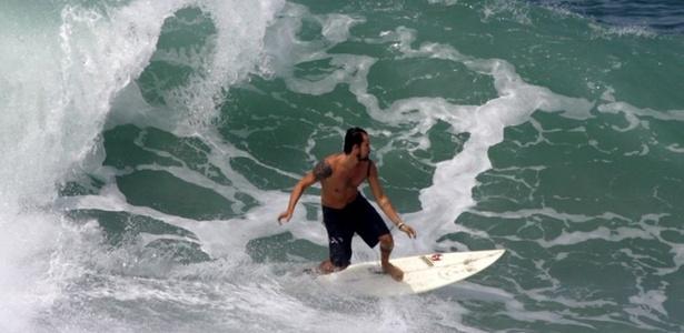 Paulinho Vilhena surfa na praia de Grumari no Rio de Janeiro na manhã desta terça-feira (5/4/2011)