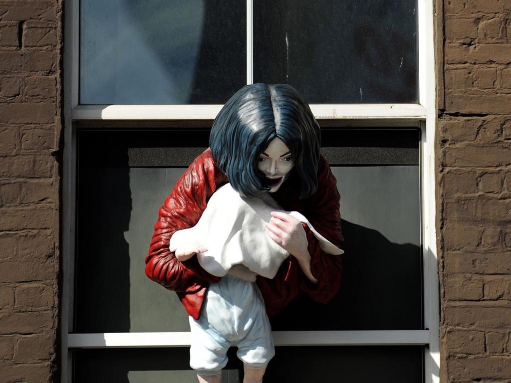 Estátua de Michael Jackson com bebê irrita os fãs em Londres (6/4/11)