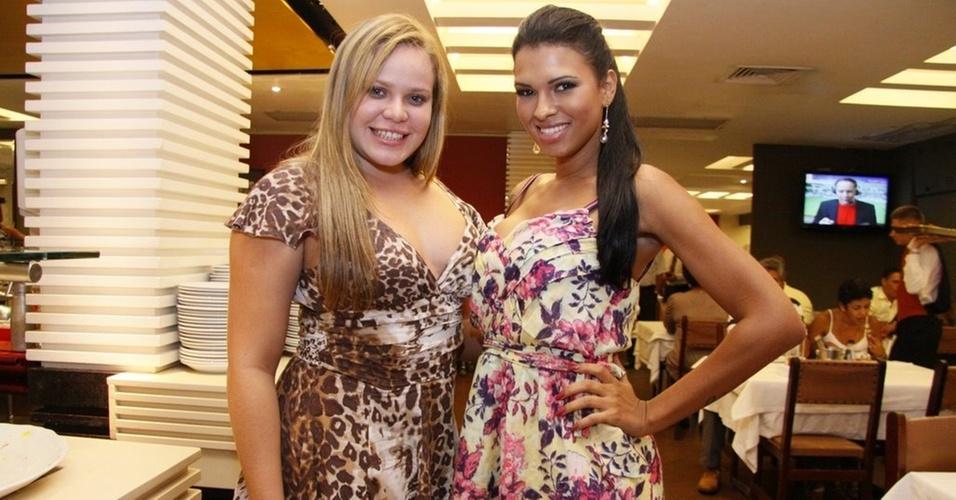 As ex-bbs Paulinha e Ariadna posam em churrascaria do Rio de Janeiro (6/4/11)