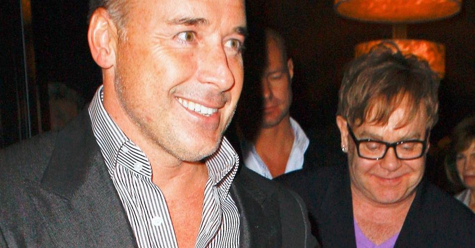 O cantor Elton John sai para jantar com seu marido David Furnish, em Hollywood. Recentemente eles adotaram uma criança (6/4/11)